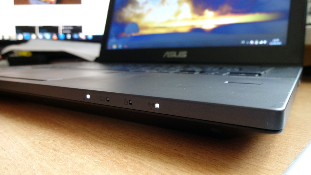 "asus-asuspro-essential-pu301l-status-leds Robuster Allrounder im Test: Das Business-Notebook ASUSPRO Essential der P-Serie mit 13,3"" [Review] Computer Microsoft Technologie Testberichte"