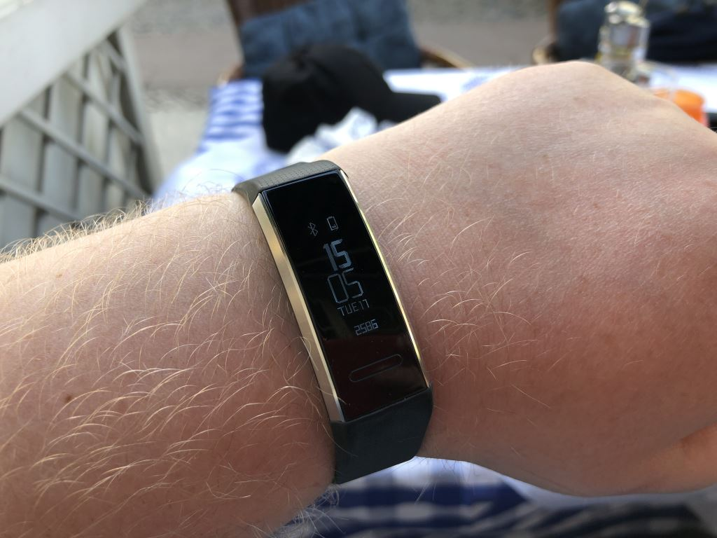 huawei-band-2-pro-handgelenk HUAWEI Band 2 Pro - der Gesundheits- und Fitnesstracker mit GPS im Test Accessoires Apple iOS Featured Gadgets Google Android Hardware Reviews Testberichte Wearables YouTube Videos