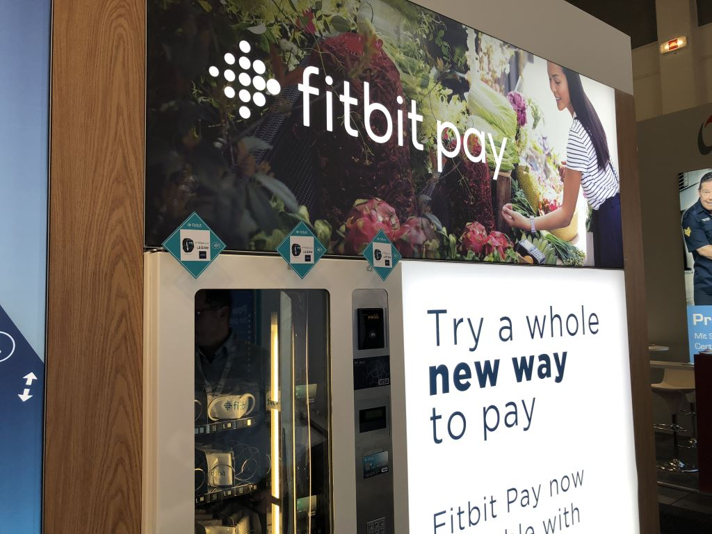 fitbit-pay-vending-machine [IFA 2018] Fitbit zeigt Fitbit Charge 3 und Fitbit Pay Fitbit OS 2.0 Gadgets IFA 2018 Technology Wearables YouTube Videos