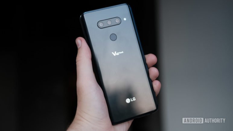 LG-V40-Back-of-phone-in-hand-with-reflections-1340x754-772x434 LG stellt mit dem LG V40 ThinQ sein neues Flaggschiff vor Google Android LG Smartphones Software