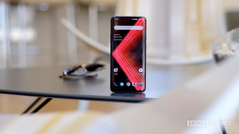 OnePlus-7-Pro-alone-on-table-screen-840x472-772x434 Dies sind die technischen Details vom OnePlus 7 / Pro OnePlus Smartphones